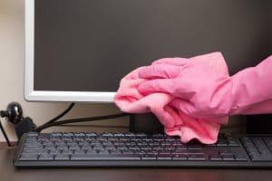 Czyszczenie elektroniki w miejscu pracy szkoły, szpitale, ekrany